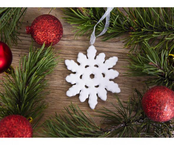 Dekoracja świąteczna / ozdoba choinkowa na Boże Narodzenie ceramiczna zawieszka śnieżynka biała błyszcząca 7 x 8,5 cm