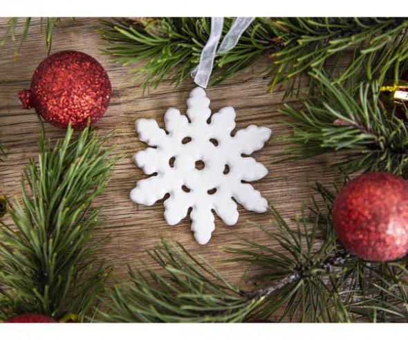 Dekoracja świąteczna / ozdoba choinkowa na Boże Narodzenie ceramiczna zawieszka śnieżynka biała matowa 7 x 8,5 cm