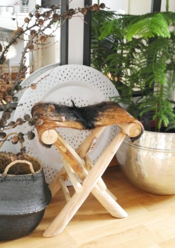 Składany stołek z drewna tekowego i siedziskiem z futra FUR